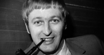 Graham-Chapman Smoking a pipe black and white
